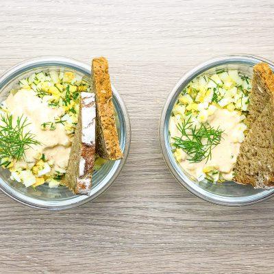 Sałatka z jajkiem, selerem naciowym i koperkiem